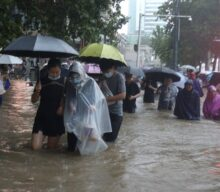 China floods cause subway passengers trapped in waist-high waters